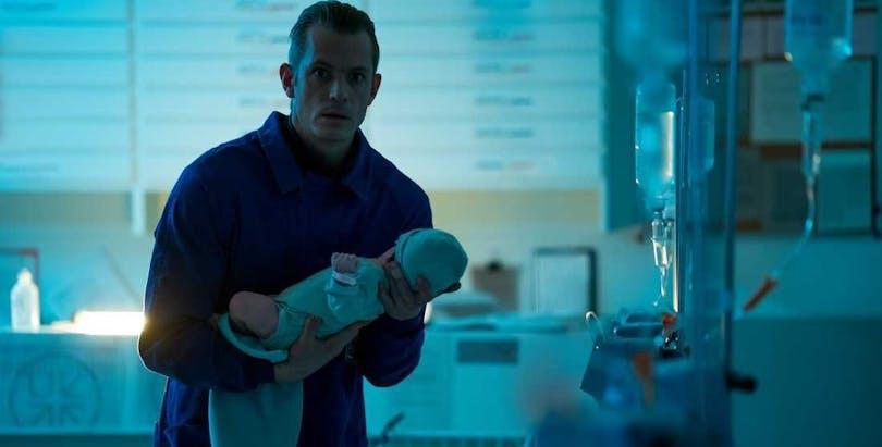 """Joel Kinnaman håller bebis i """"Hanna""""."""