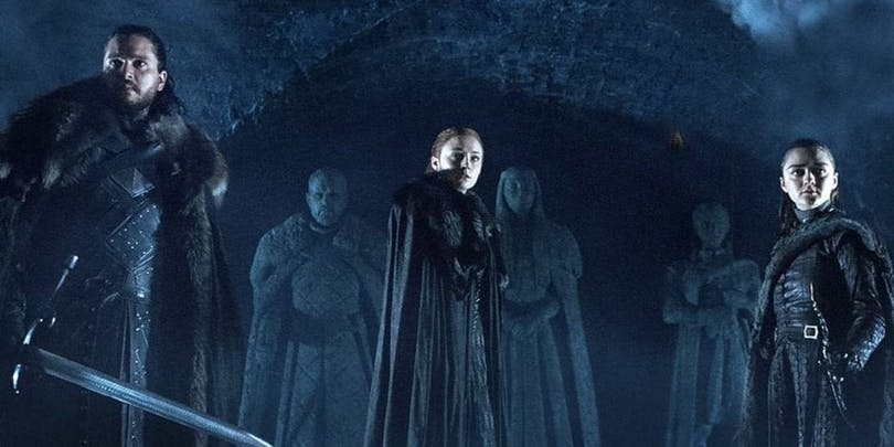 Jon Snow, Sansa Stark och Arya Stark med statyer av sig själva.