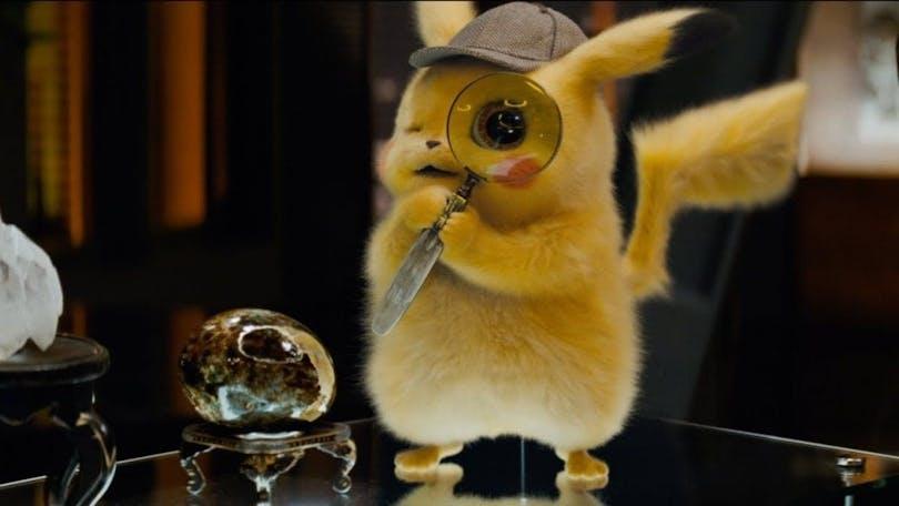 En bild på den bedårande Pikachu, som kikar genom ett förstoringsglasi Pokémon Detective Pikachu.