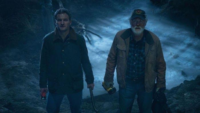 """Jason Clarke och John Lithgow i """"Jurtjyrkogården""""."""