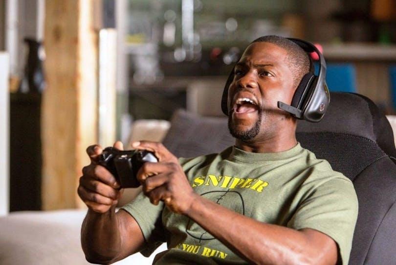 Bild på Kevin Hart som spelar Playstation