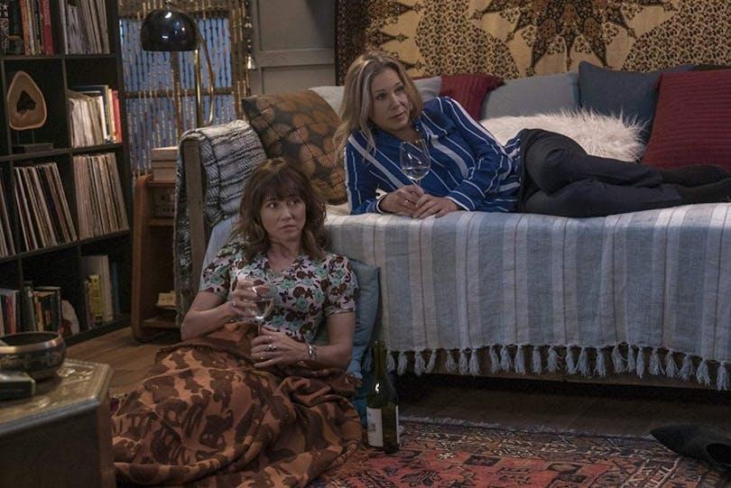 "Linda Cardellini och Christina Applegate i ""Dead to Me""."