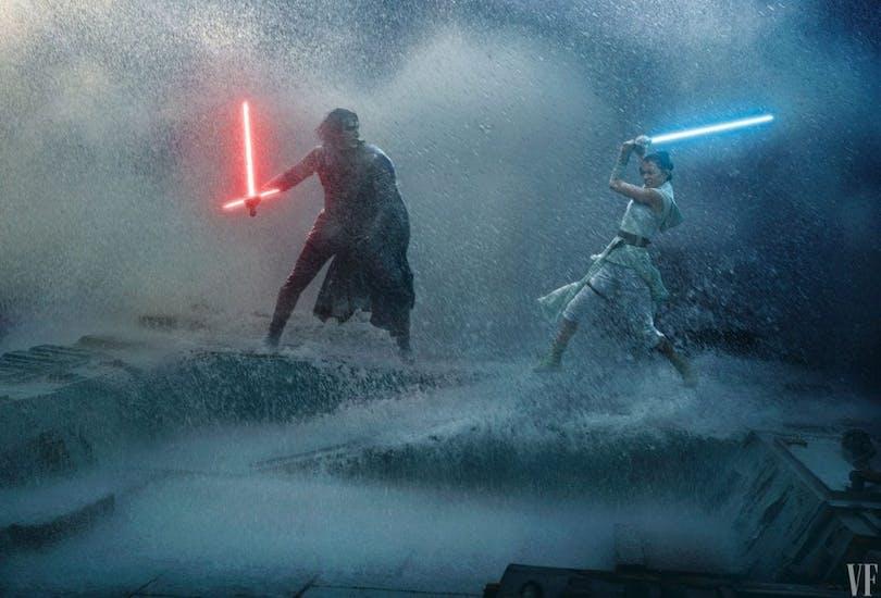 Kylo Ren och Rey fäktas i ett snölandskap.
