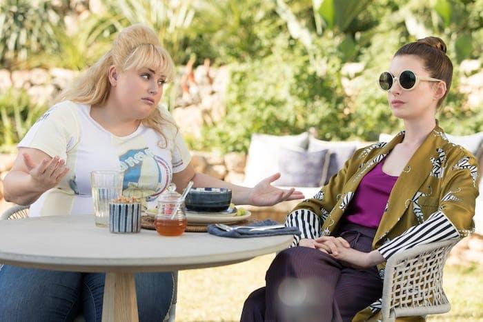 """Rebel Wilson och Anne Hathaway i """"The Hustle""""."""