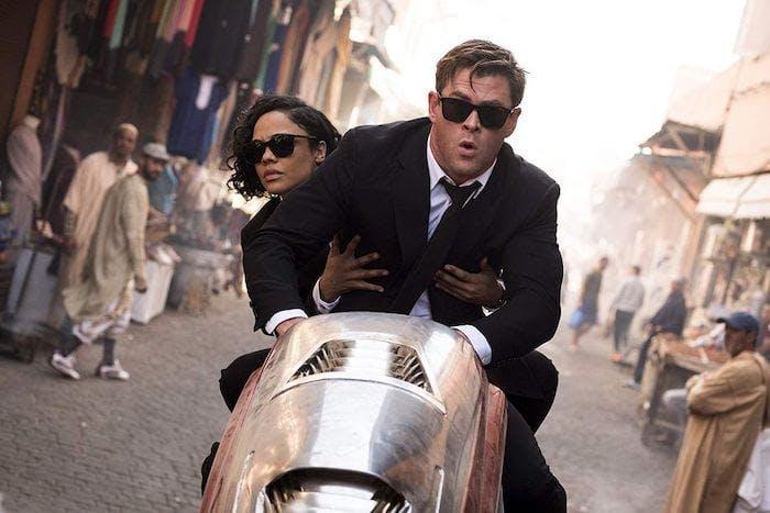 """Chris Hemsworth och Tessa Thompson på en motorcykel i """"Men in Black: International"""""""