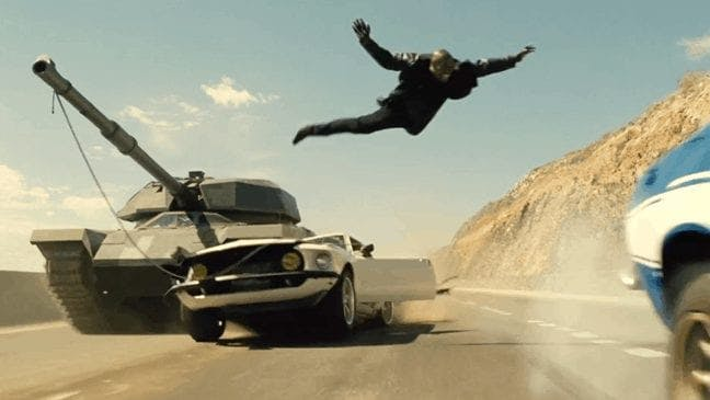 Roman hoppar från sin bil som blir pannkakad av en pansarvagn.