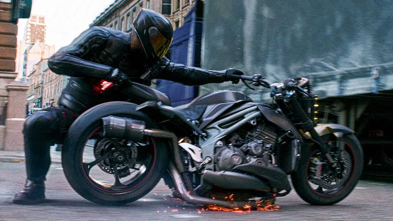 En motorcykel som viker sig i Hobbs & Shaw