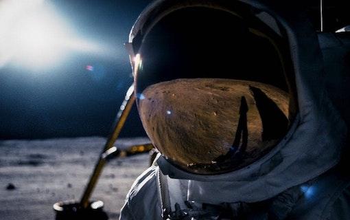 Rymdfilmer med månen i fokus