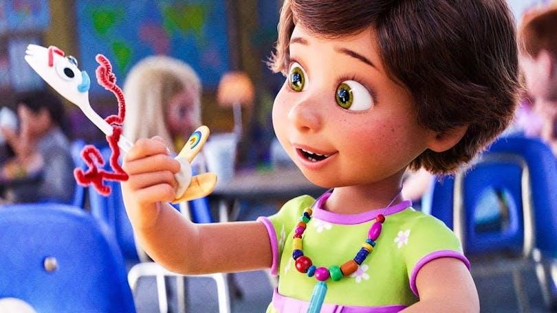Bonnie håller upp Forky i pixarfilmen Toy Story 4.
