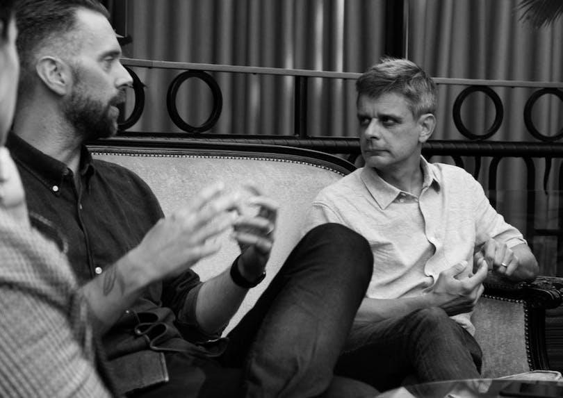Jesper Ganslandt och Peter Birro diskuterar.