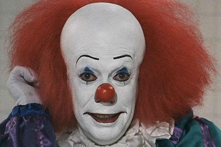 Bilden föreställer Tim Currys Penywise, ett av filmvärldens mest ikoniska skräckmonster.