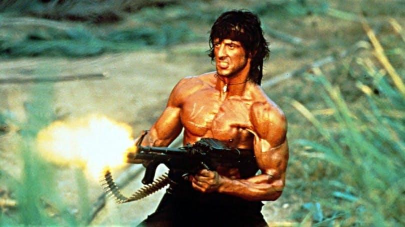 Rambo skjuter med vapen
