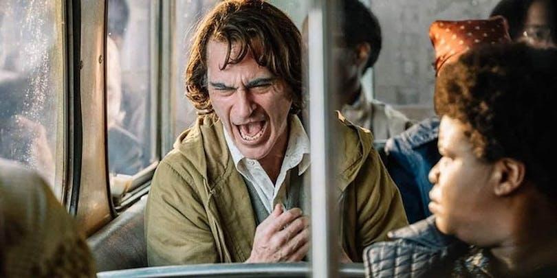 Joquin Phoenix som Arthur i Joker. Skrattar på tunnelbanan.