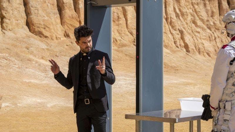 Jesse Custer går igenom en metalldetektor i fjärde säsongen av Preacher