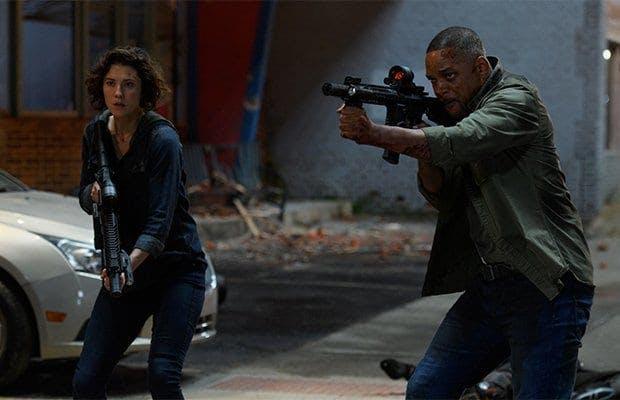 Will Smith och Mary Elizabeth Winstead är bevpnade med gevär i Gemini Man.