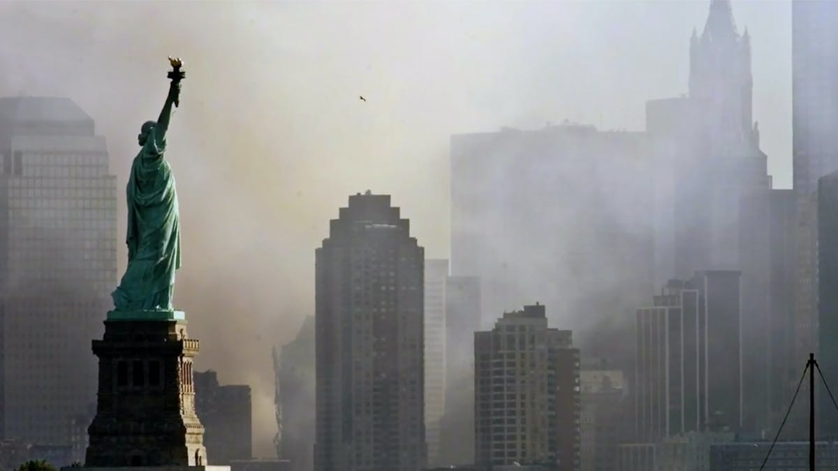 "bild på frihetsgudinnan i ""In the Shadow of the Towers: Stuyvesant High on 9/11"""