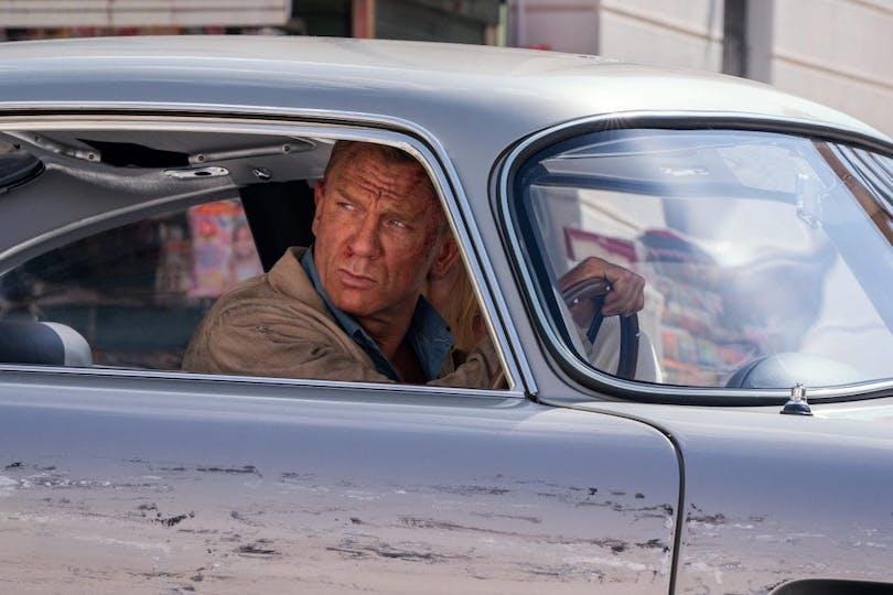 Daniel Craig i bil.