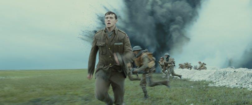 Schofield (George MacKay) springer för livet. Foto: Universal Pictures & EOne.