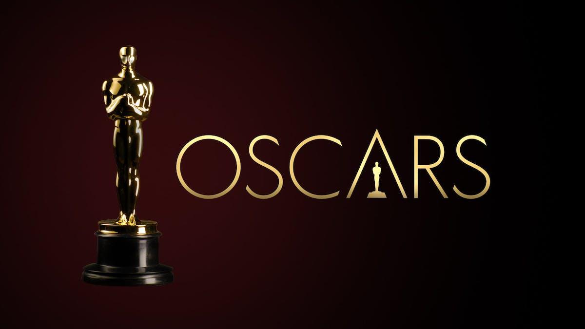 Oscarstatyetten mot en röd bakgrund