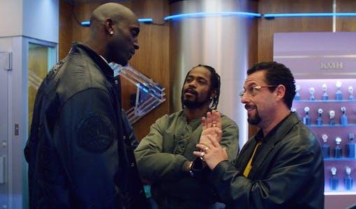 Bild på Adam Sandler, Kevin Garnett och LaKeith Stanfields karaktärer från filmen Uncut Gems.