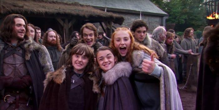 Game of Thrones fantasyvärld utspelar sig i någon slags medeltid, vilket skådespelarnas egna vardag skiljer sig markant från. Nedan kan du se ett axplock av bilder på hur våra kära Game of Thrones-stjärnor ser ut i verkligheten.