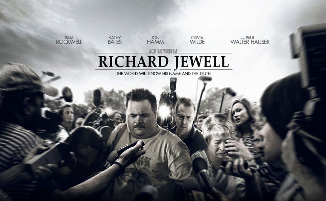 Affisch där Richard Jewell är omringad av pressen. Foto: Warner Bros. Pictures