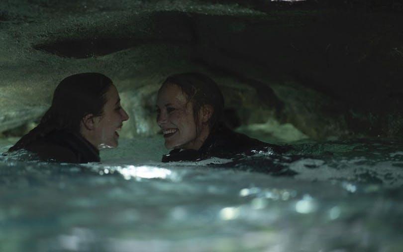 "Moa Gammel och Madeleine Martin i ""Breaking Surface""."