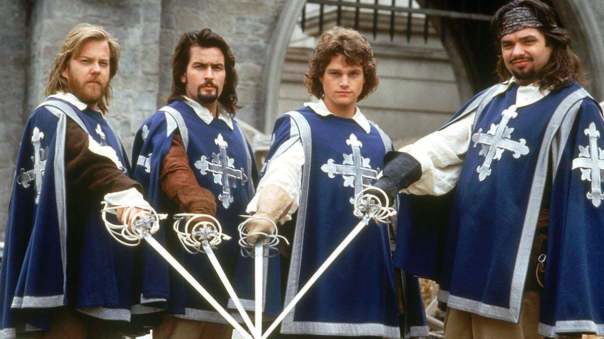 Musketörerna drar sina värjor i De tre musketörerna från 1993. Foto: Buena Vista Pictures.