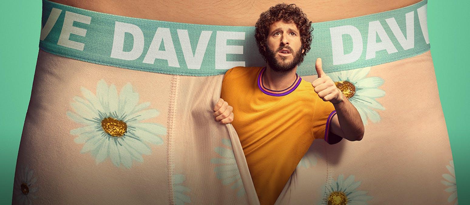 Rapparen Dave kikar fram ur ett par rosa boxershorts.