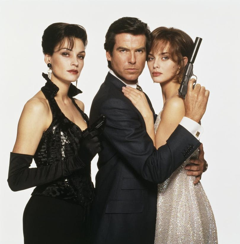 Pierce Brosnan som James Bond med Famke Jansen som Xenia Onatopp och Izabella Scorupco som Natalya Simonova. Foto: United International Pictures.