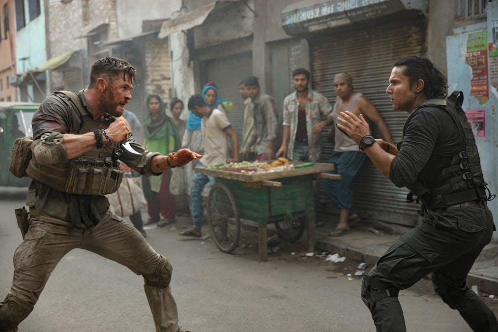 Chris Hemsworth drabbar samman i en knivstrid i Extraction. Foto: Netflix.