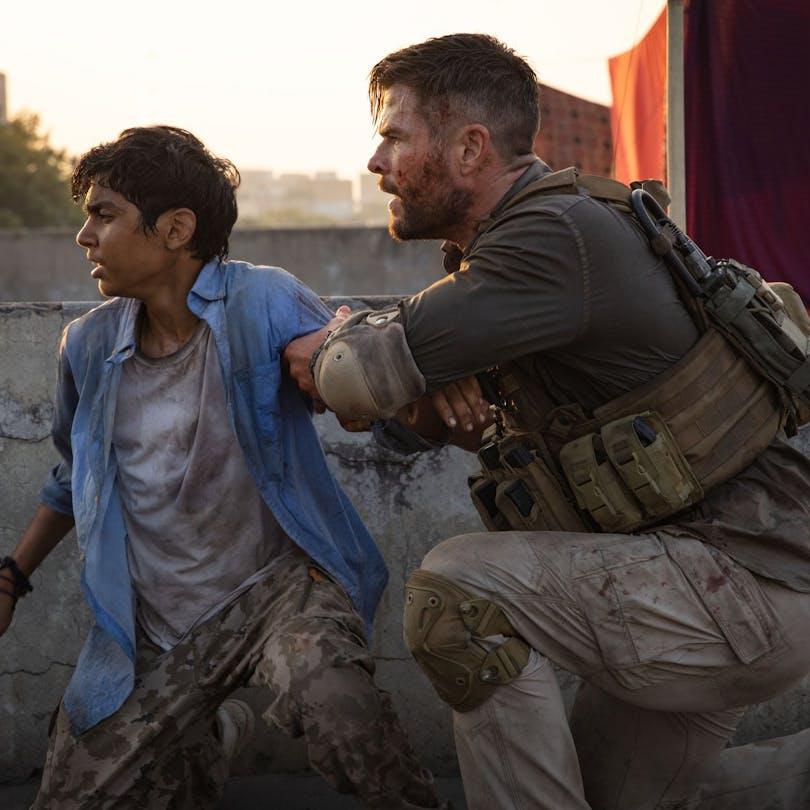 Legosoldaten och pojken hämtar andan på ett hustak. Foto: Netflix.