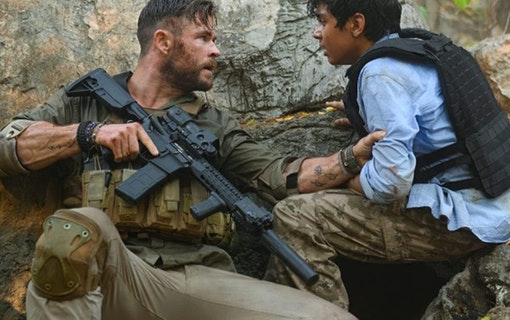Chris Hemsworth och Rudhraksh Jaiswal i Extraction. Foto: Netflix.