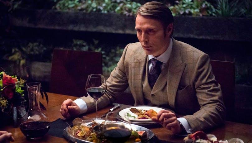 """Mads Mikkelsen som Hannibal äter en """"måltid""""."""
