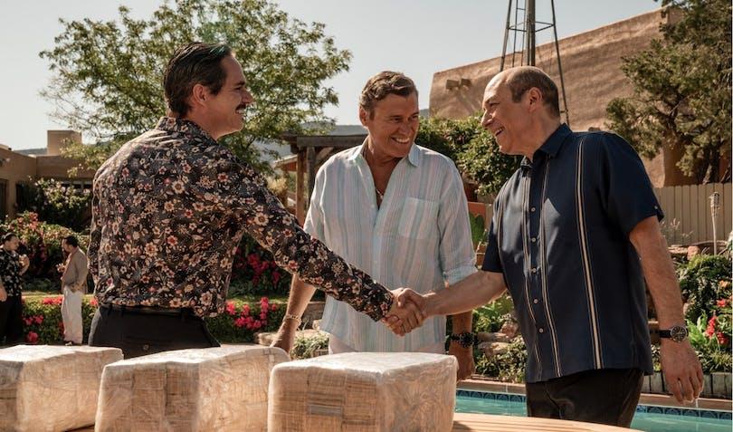 Lalo skakar hand med de mäktigaste inom kartellen. Foto: Netflix.
