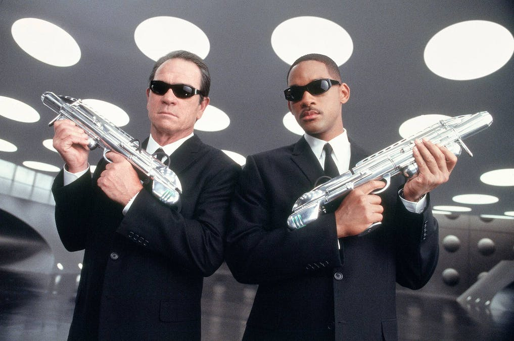 Men in black med vapen