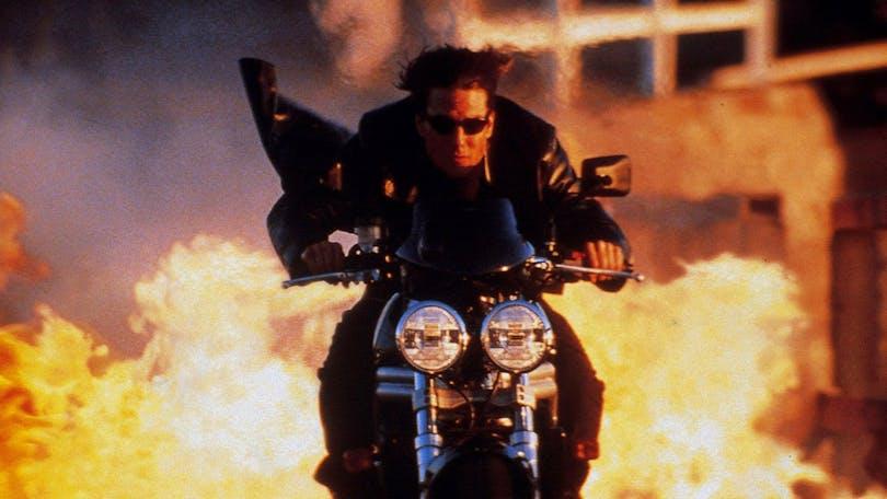 Tuff kille i solglasögon på en motorcykel som inte tittar på explosionen. Ethan Hunt plockar många coola poäng här. Foto: Paramount Pictures.