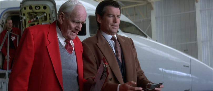 "Q (Desmond Llewelyn) levererar ytterligare en ""ny vacker bil"" till James Bond. Foto: United International Pictures."