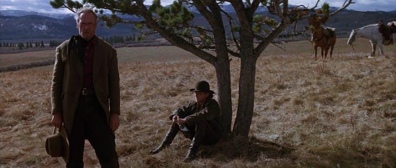 """""""It's a hell of a thing killing a man."""" En äldre och visare revolverman tittar tillbaka på sitt liv med ånger i sitt hjärta. Foto: Warner Bros. Pictures."""