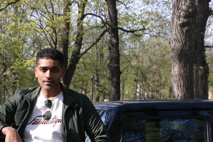 Alexander Karim med sin bil.