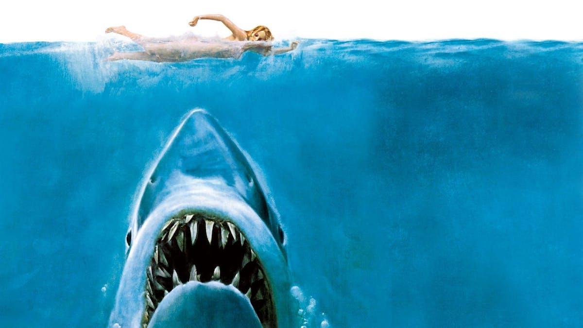 Den välkända affischen till Hajen, med den gigantiska hajen och den simmande kvinnan. Foto: Universal Pictures.