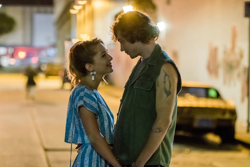 Bild på Jessica Rothe och Josh Whitehouse från Viaplay-filmen Valley Girl.