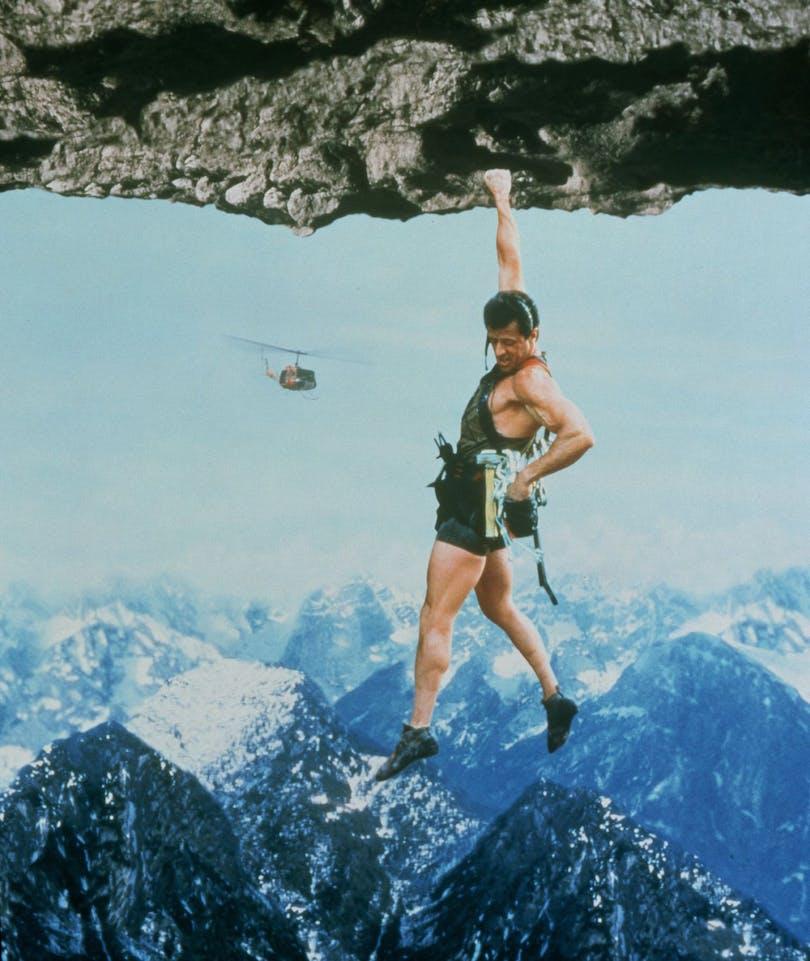 Folk hängde från klippor långt innan Stallone gjorde det i Cliffhanger från 1993. Foto: TriStar Pictures.