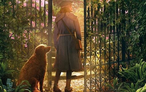 Dixie Egerickx och en hund i Den hemliga trädgården.