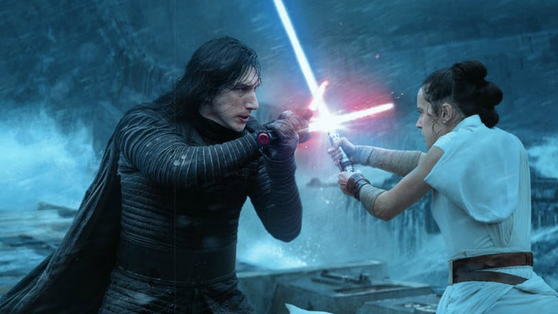 Rey och Kylo Ren i en fisljummen uppgörelse i The Rise of Skywalker. Foto: Walt Disney Studios Motion Pictures.