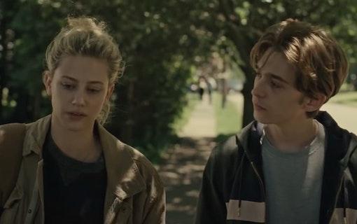 Bild på Lili Reinhart och Austin Abrams karaktärer i Amazon Prime Video-filmen Chemical Hearts.