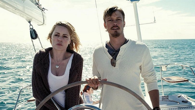 Ett par vänner på seglar i filmen Triangle