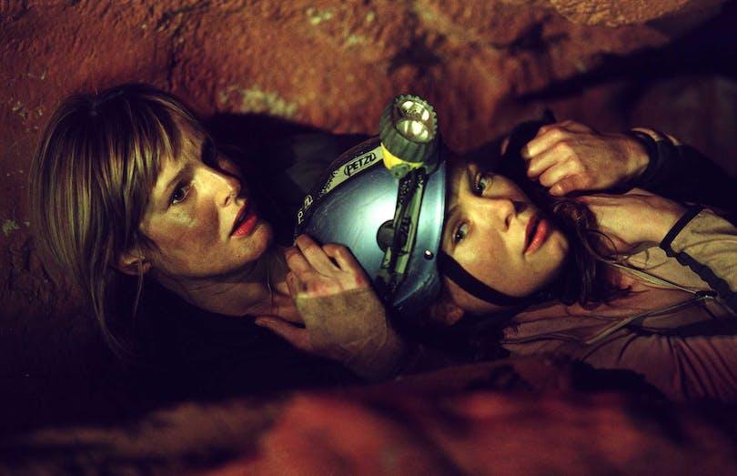 Två kvinnor försöker gömma sig i filmen Instängd