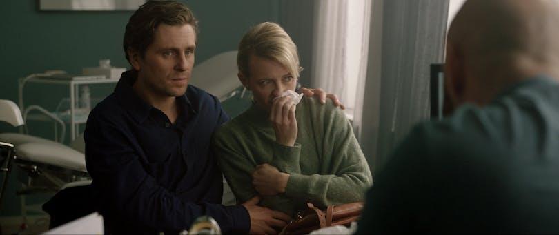 """Josephine Bornebusch, Sverrir Gudnason och Ulf Stenberg i """"Älska mig"""" säsong 2."""