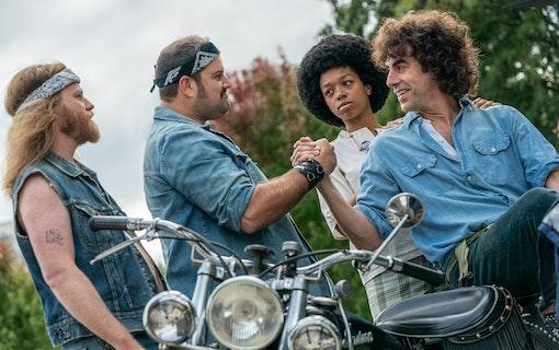 Sacha Baron Cohen hälsar på bikers.